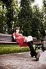아름 다운 여자 공원 벤치에 앉아 | Stock Foto