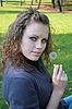 Piękna dziewczyna trzyma w ręku dmuchawiec | Stock Foto