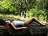 Dziewczyna ma leży na log | Stock Foto