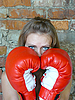 红色拳击手套的女孩 | 免版税照片