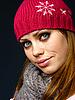 아름 다운 빨간 모자 소녀와 스카프에 의하여 뜨개질을했다 | Stock Foto