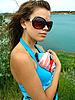Piękna dziewczyna i błękitne morze | Stock Foto