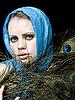 ID 3054233 | Piękna kobieta z pawich piór | Foto stockowe wysokiej rozdzielczości | KLIPARTO