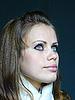 흰색 스카프 블루 아이드 brown-haired 여자 | Stock Foto