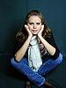 청바지에 흰색 스카프 여성 | Stock Foto
