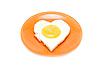 Jajka sadzone w formie serca na talerzu   Stock Foto