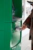 Фото 300 DPI: Девушка получает 500 рублей