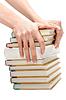 女性的手让一堆书 | 免版税照片
