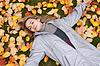 Photo 300 DPI: Beautiful girl rests upon autumn sheet