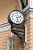 Часы на стене на Дворцовой площади | Фото