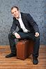 ID 3344746 | Młody mężczyzna siedzi na starej brązowej walizce | Foto stockowe wysokiej rozdzielczości | KLIPARTO