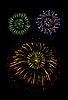 Vektor Cliparts: Bunt glühenden Feuerwerk und Salute
