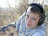 Фото 300 DPI: Мальчик наслаждается музыкой