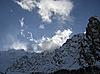 蓝天下的山和云 | 免版税照片