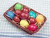 篮五颜六色的复活节彩蛋 | 免版税照片