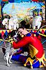 丑角拥抱小型犬 | 免版税照片