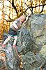 바위에 기대어 웃는 소녀 | Stock Foto