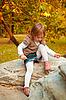 Dziewczyna wiązanie sznurowadła | Stock Foto