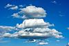 美丽的蔚蓝色的Cloudscape在俄罗斯。阳光 | 免版税照片