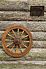 Ręcznie Spinning Wheel On The Log House Mur | Stock Foto