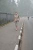 女人走在浓雾 | 免版税照片