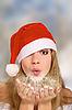 Invierno retrato de la chica de rojo sombrero de navidad | Foto de stock
