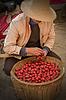 Asiatischer Mann im chinesischen Hut mit Korb von Äpfeln | Stock Foto