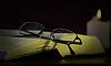 Foto 300 DPI: Brille, Buch und Kerze