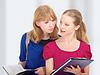 ID 3279967 | Zwei attraktive Freundinnen, College-Studenten | Foto mit hoher Auflösung | CLIPARTO