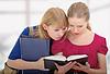 ID 3279968 | Две симпатичных девочек колледжа, чтение книг | Фото большого размера | CLIPARTO