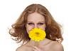 女孩与飘逸的长发,黄色非洲菊花卉 | 免版税照片