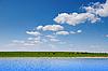 Woda i pole zielone | Stock Foto