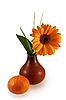 Гербера в вазе и мандарин | Фото