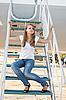 美丽的姑娘坐在飞机舷梯 | 免版税照片