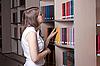 美丽的女孩在图书馆 | 免版税照片