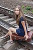 女子坐在铁轨上 | 免版税照片