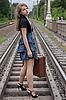站立在铁轨上的女孩与手提箱 | 免版税照片