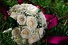 婚礼花束在于在草地上 | 免版税照片