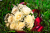 Hochzeitsstrauß liegt im Gras | Stock Photo