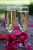 两杯香槟红丝带 | 免版税照片