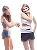 여자는 다른 여자에 셔츠를 잘라 | Stock Foto