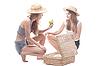 ID 3107654 | Dwie dziewczyny w słomianych kapeluszach z walizką słomy | Foto stockowe wysokiej rozdzielczości | KLIPARTO