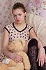 女孩与玩具熊在床上 | 免版税照片