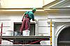 Photo 300 DPI: house painter at work