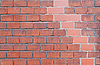 새로운 다른 컬러 벽돌로 오래 된 더러운 벽돌 벽 | Stock Foto