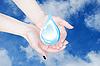 Фото 300 DPI: руки держат каплю воды, охрана окружающей среды