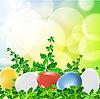 Цветные пасхальные яйца на зеленом фоне травы