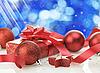 Bolas de navidad y regalos | Foto de stock