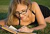 女人读的书 | 免版税照片