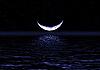 달의 절반은 물에 반영   Stock Foto